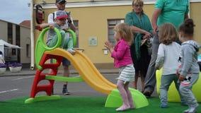 Minsk, Bielorrusia, el 8 de julio de 2017: Niños en diapositiva en patio almacen de metraje de vídeo