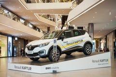 Minsk, Bielorrusia, el 9 de julio de 2017: Renault Captur en el podio en el ` de la galería del ` del centro comercial Imágenes de archivo libres de regalías