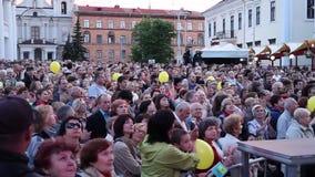 Minsk, Bielorrusia, el 15 de julio de 2017: Muchedumbre de aplauso Un grupo de personas que mira un concierto en el aire abierto almacen de video