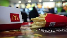 Minsk, Bielorrusia, el 20 de marzo de 2018: Mac Box grande con el logotipo del ` s de McDonald y patatas fritas en un fondo borro metrajes