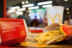 Minsk, Bielorrusia, el 18 de mayo de 2017: Menú grande de la hamburguesa del mac en un restaurante del ` s de McDonald Fotos de archivo libres de regalías