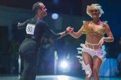 Minsk-Bielorrusia, el 18 de octubre de 2014: Pares no identificados Perfo de la danza Fotos de archivo