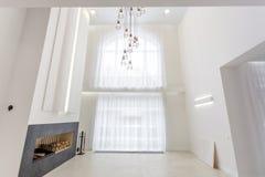 MINSK, BIELORRUSIA - ENERO DE 2019: l?mpara enorme cerca de la chimenea para el desv?n interior brillante delante de una ventana  imagen de archivo