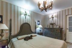 MINSK, BIELORRUSIA - febrero de 2019: Interior del dormitorio moderno en plano del desván en apartamentos costosos con el gato br fotografía de archivo libre de regalías
