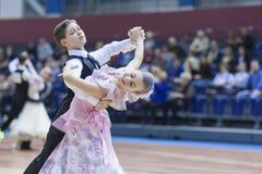 Minsk-Bielorrusia, febrero, 23: El par no identificado de la danza se realiza Imágenes de archivo libres de regalías