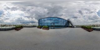 MINSK, BIELORRUSIA - MARZO DE 2017: 360 grados esféricos completos de ángulo del panorama inconsútil de la opinión en el tejado d imagen de archivo libre de regalías
