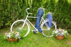 Minsk, Bielorrusia, 23-May-2015: Composición del jardín - bici y cycli Fotos de archivo libres de regalías