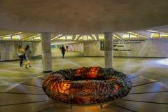 MINSK, BIELORUSSIA - 1° MAGGIO 2018: La gente che cammina vicino ad uno strcuture del cerchio alla vista sotterranea di Stela, ci Immagine Stock Libera da Diritti