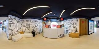 MINSK, BIELORUSSIA - AGOSTO 2017: Un panorama senza cuciture sferico completo di 360 gradi di angolo nel salone moderno interno d immagine stock libera da diritti