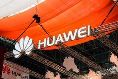 MINSK, BIELORUSSIA - 18 aprile 2017: Il logo del supporto di Huawei su TIBO-2017 la ventiquattresima internazionale ha specializz Fotografie Stock