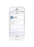 Minsk, Bielorussia - 16 aprile 2016: IPhone 5S di Apple con la pagina Faceb Fotografie Stock Libere da Diritti