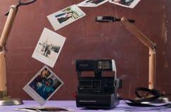 Minsk, Bielorussia 16 febbraio 2018: Macchine fotografiche di polaroid sul fondo di lerciume, fotografia stock
