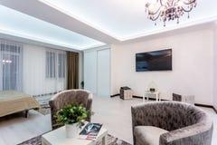MINSK, BIELORUSSIA - gennaio 2019: appartamenti piani del sottotetto interno del corridoio di luxure con il sof? e le poltrone de fotografia stock