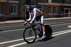 MINSK, BIELORUSSIA - 25 GIUGNO 2019: Il ciclista dal Cipro partecipa agli uomini spaccati inizia la singola corsa ai secondi gioc fotografia stock