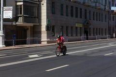MINSK, BIELORUSSIA - 25 GIUGNO 2019: Il ciclista dal Monaco partecipa agli uomini spaccati inizia la singola corsa ai secondi gio immagini stock libere da diritti