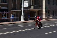 MINSK, BIELORUSSIA - 25 GIUGNO 2019: Il ciclista dal Monaco partecipa agli uomini spaccati inizia la singola corsa ai secondi gio fotografie stock