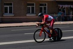 MINSK, BIELORUSSIA - 25 GIUGNO 2019: Il ciclista dal Monaco partecipa agli uomini spaccati inizia la singola corsa ai secondi gio immagine stock