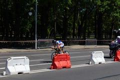 MINSK, BIELORUSSIA - 25 GIUGNO 2019: Il ciclista dalla Moldavia partecipa agli uomini spaccati inizia la singola corsa ai secondi immagini stock libere da diritti