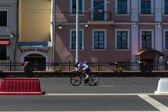 MINSK, BIELORUSSIA - 25 GIUGNO 2019: Il ciclista dalla Moldavia partecipa agli uomini spaccati inizia la singola corsa ai secondi fotografia stock libera da diritti
