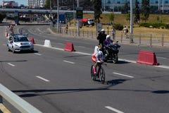 MINSK, BIELORUSSIA - 25 GIUGNO 2019: Il ciclista dalla Bielorussia partecipa a donne spaccate inizia la singola corsa ai secondi  fotografia stock