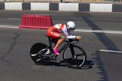 MINSK, BIELORUSSIA - 25 GIUGNO 2019: Il ciclista dalla Bielorussia partecipa a donne spaccate inizia la singola corsa ai secondi  immagini stock libere da diritti