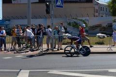 MINSK, BIELORUSSIA - 25 GIUGNO 2019: Il ciclista dalla Romania partecipa agli uomini spaccati inizia la singola corsa ai secondi  immagini stock libere da diritti