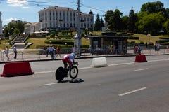 MINSK, BIELORUSSIA - 25 GIUGNO 2019: Il ciclista dalla Russia partecipa a donne spaccate inizia la singola corsa ai secondi gioch immagini stock