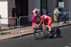 MINSK, BIELORUSSIA - 25 GIUGNO 2019: Il ciclista dalla Turchia partecipa agli uomini spaccati inizia la singola corsa ai secondi  immagine stock