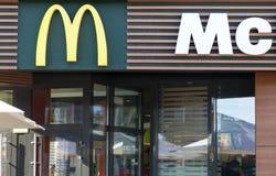 MINSK, BIELORUSSIA - 6 giugno 2017: Logo del ` s di McDonald sopra l'entrata al ristorante Il ` s di McDonald è catena del ` s de Fotografie Stock Libere da Diritti