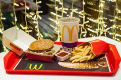 Minsk, Bielorussia, il 3 gennaio 2018: Grande menu dell'hamburger del mackintosh in un ristorante del ` s di McDonald Fotografia Stock Libera da Diritti
