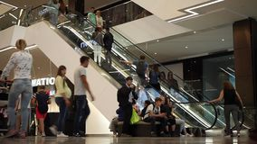 Minsk, Bielorussia, il 9 luglio 2017: Gente differente nel ` della galleria del ` del centro commerciale video d archivio