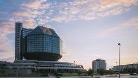 Minsk, Bielorussia - 10 luglio 2018: Locali della biblioteca nazionali nel tempo di tramonto di sera di estate Limite famoso Lass archivi video