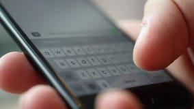 Minsk, Bielorussia - 17 luglio 2017: Mano che scrive SMS sul iphone 7 stock footage