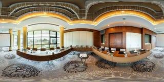 MINSK, BIELORUSSIA - 27 LUGLIO 2017: vista di panorama 360 nell'interno della sala per conferenze vuota moderna per le riunioni d immagine stock