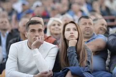 MINSK, BIELORUSSIA - 23 MAGGIO 2018: Fan - gioco di sguardi della donna e dell'uomo durante la partita di calcio bielorussa della Immagine Stock Libera da Diritti