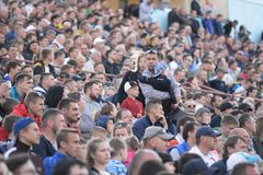 MINSK, BIELORUSSIA - 23 MAGGIO 2018: I genitori ed il bambino stanno cercando un posto prima del calcio bielorusso della Premier  Immagini Stock Libere da Diritti