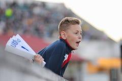 MINSK, BIELORUSSIA - 23 MAGGIO 2018: Il piccolo fan reagisce durante la partita di calcio bielorussa della Premier League fra la  Immagine Stock
