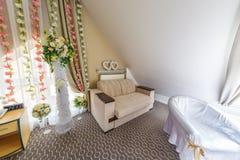 MINSK, BIELORUSSIA - MAGGIO 2019: interno della stanza del boudoir per le persone appena sposate nell'hotel dell'elite immagini stock libere da diritti