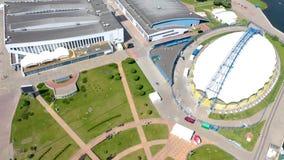MINSK, BIELORUSSIA - MAGGIO 2019: Vista aerea del colpo del fuco del viale di Pobeditelei e di Nemiga, centro urbano da sopra video d archivio