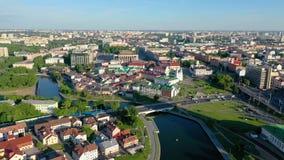 MINSK, BIELORUSSIA - MAGGIO 2019: Vista aerea del colpo del fuco del viale di Pobeditelei e di Nemiga, centro urbano da sopra archivi video