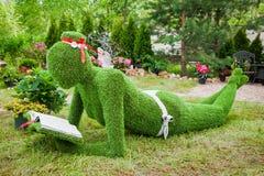 Minsk, Bielorussia, 23-May-2015: Scultura del giardino da erba - donna Fotografia Stock Libera da Diritti