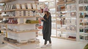 MINSK, BIELORUSSIA - 10 OTTOBRE 2017 Dentro la vendita al dettaglio di Zara Home a Minsk Una giovane donna dei pantaloni a vita b immagine stock