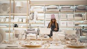 MINSK, BIELORUSSIA - 10 OTTOBRE 2017 Dentro la vendita al dettaglio di Zara Home a Minsk Una giovane femmina dei pantaloni a vita fotografia stock