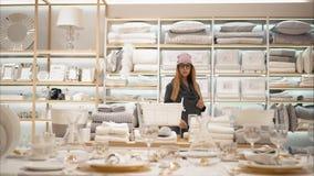 MINSK, BIELORUSSIA - 10 OTTOBRE 2017 Dentro la vendita al dettaglio di Zara Home a Minsk Una giovane femmina dei pantaloni a vita fotografia stock libera da diritti