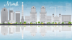 Minsk horisont med gråa byggnader och blå himmel Royaltyfri Bild