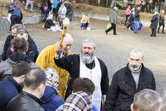 minsk _ Kolodischi April 7, 2018 Invigningen av påsken bakar ihop i kyrkan Påskhelgdagsafton fotografering för bildbyråer