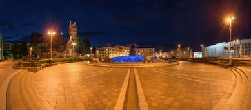 Minsk, la capitale de la république de Bielorussie Vue panoramique de nuit après pluie sur la place de l'indépendance de place ce images stock