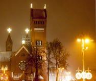 Minsk, la República de Belarús el 21 de diciembre de 2017, el tiempo es 21:30 Mismo nevadas fuertes, corcho Tarde Minsk la vísper Fotografía de archivo