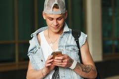 MINSK - MAG, 27: Mensenhand die de nieuwe die iPhone6s retina houden op eenvormige achtergrond, MINSK - MEI, 27 wordt geïsoleerd stock foto