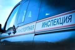 minsk _ Maj 12, 2018 En bil med blinkande ljus är blå Inskrifttransportkontroll Begreppet av korruption i p Royaltyfri Fotografi